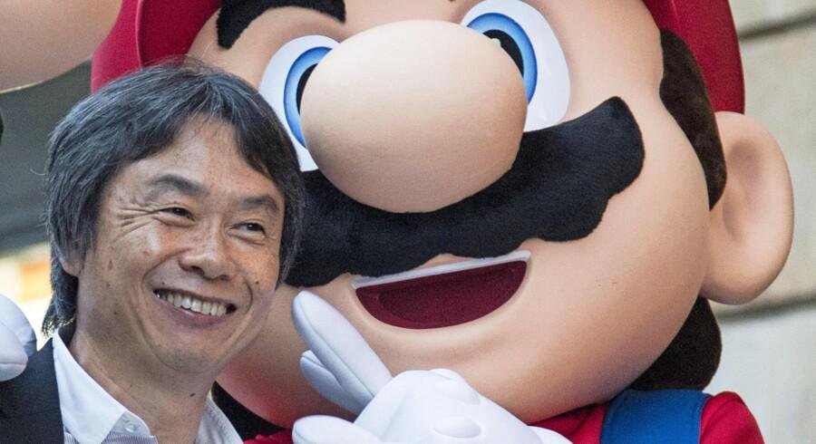 Spildesigneren Shigeru Miyamoto i selskab med sin mest populære karakter, Super Mario. Foto: Felix Ordonez/Reuters