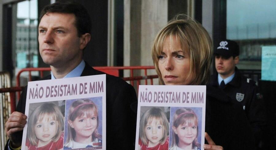 Arkivfoto: Gerry og Kate McCann tilbage i 2010, hvor de poserer med billeder af deres forsvundne datter.