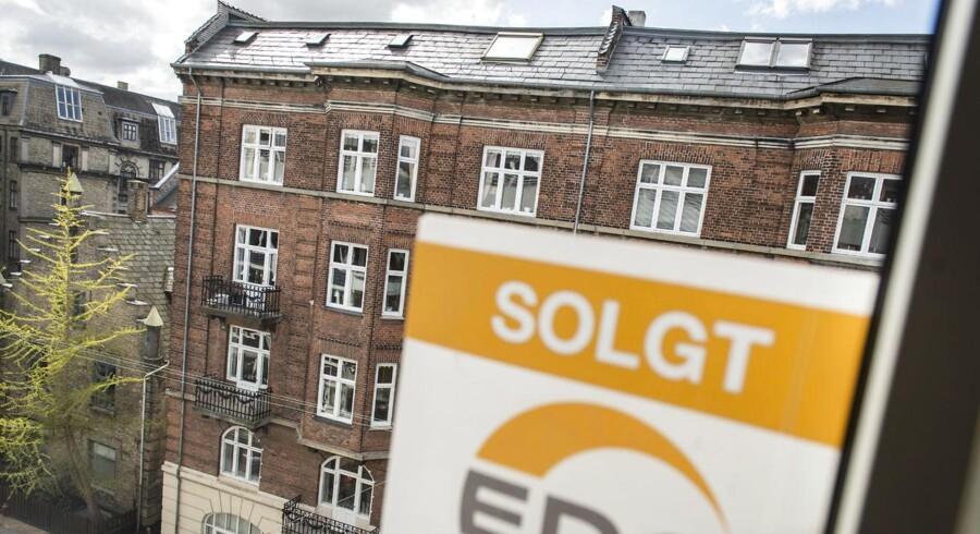 Lejlighed til salg på Bianco Lunos Allé på Frederiksberg. En ejendomsmægler fra EDC hænger et skilt op i lejlighedens vindue.