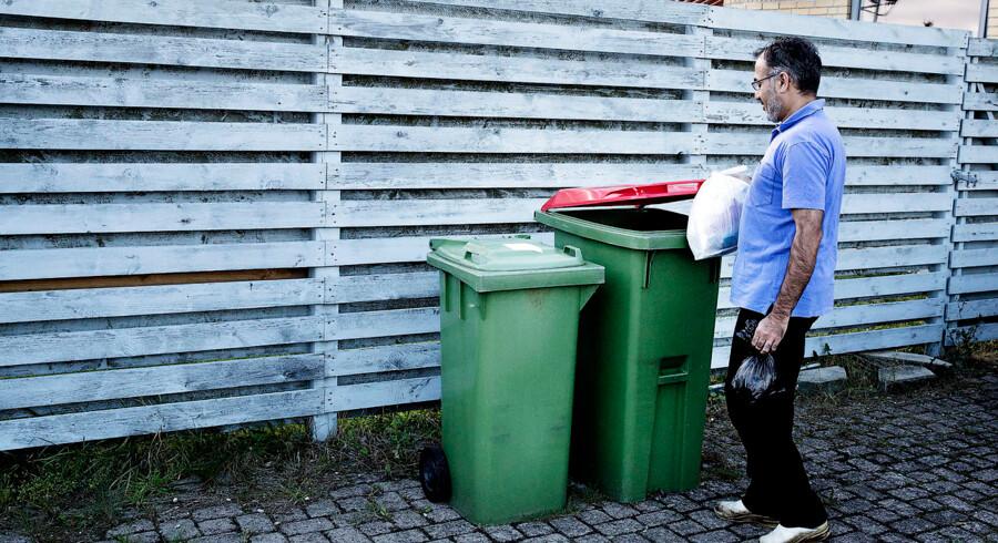 Ritzaus Bureau. Billeder til artikel om affaldssortering. Parret Tabassum Hussain (manden) og Iram Tabassum (Kvinden) bor i en af de forsøgskommuner hvor affaldet skal sorteres og smides i to forskellige beholdere.