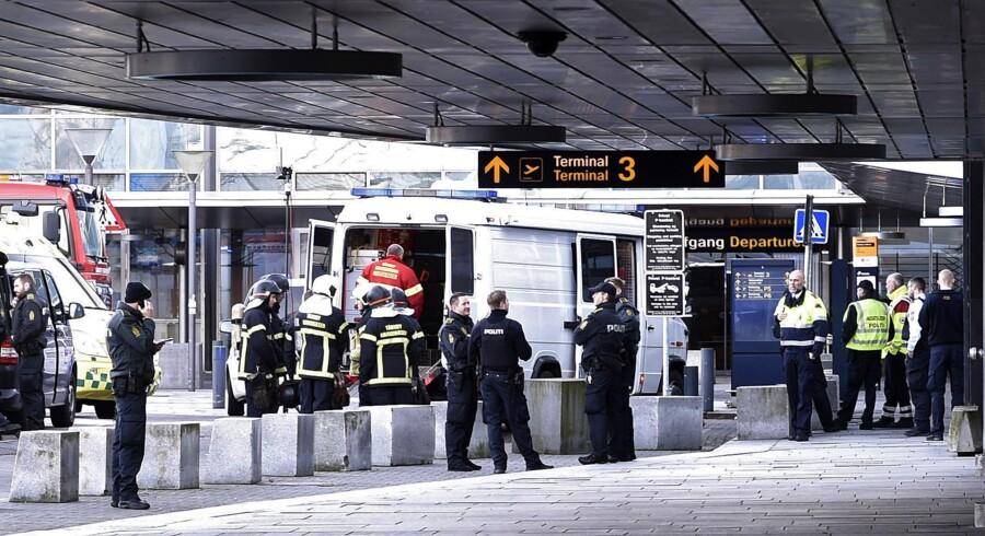 Onsdag eftermiddag blev Terminal 3 i Københavns Lufthavn i Kastrup rømmet , efter at to mænd havde talt sammen om en bombe og efterladt en taske ved en skranke. Samtidig med at både tog og metro ikke standsede i lufthavnen, rykkede politi og redningsmandskab ind. Det viste sig, at der var tale om en meget dårlig joke, og de to mænd blev anholdt efter episoden.