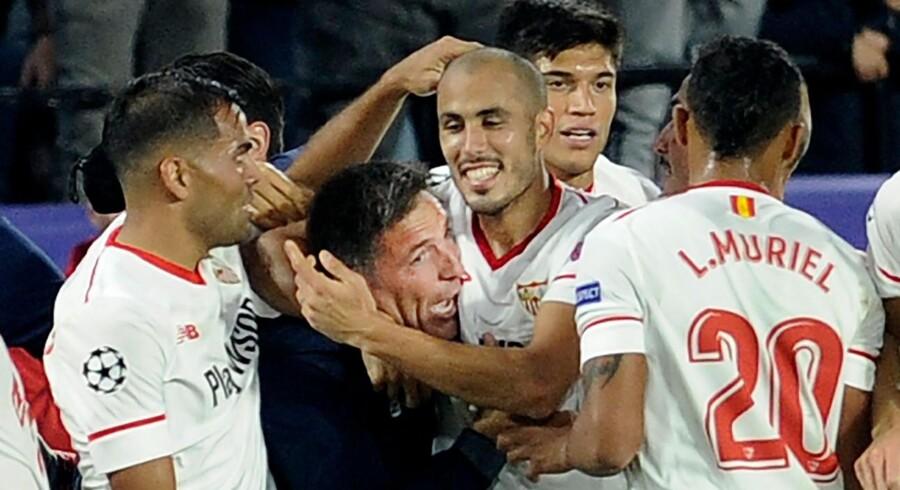 Sevilla-træner Eduardo Berizzo (i midten) stod ifølge spillerne bag comebacket i tirsdagens Champions League-kamp hjemme mod Liverpool. Kampen endte 3-3 efter at Sevilla var bagud 0-3 ved pausen.