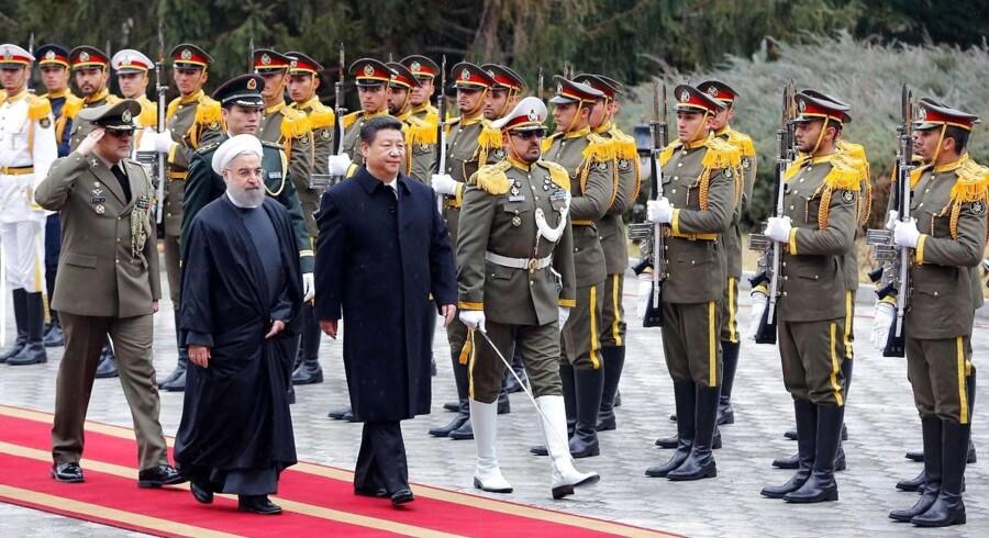 Kinas præsident Xi Jinping (th.) er personligt mødt op i Teheran for at møde den iranske præsident Hassan Rouhani.