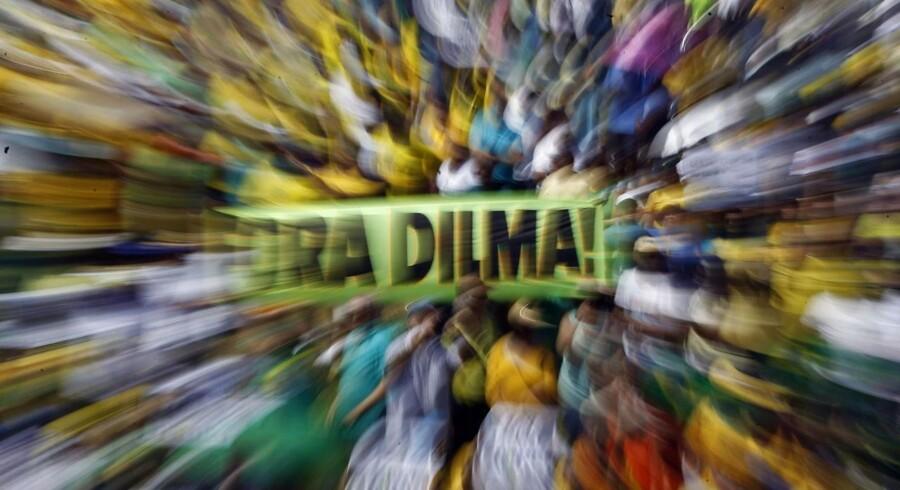 »Fora Dilma!« (Ud med Dilma, red.) stod at læse på tusindvis af skilte og bannere under landsdækkende demonstrationer i Brasilien i weekenden, hvor op mod en million mennesker var på gaderne i protest mod landets præsident, Dilma Roussef, der kan stå over for en rigsretssag.