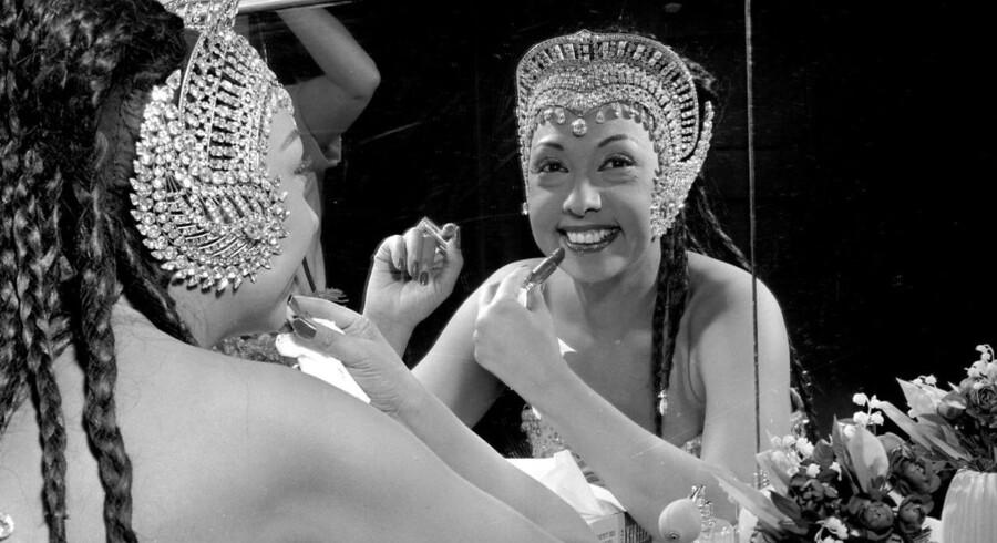 Josephine Baker - her fotograferet i sin garderobe i Tivoli - var én af de store internationale divaer, der i efterkrigstiden kastede glans over Tivoli Varietéen i Glassalen. Nu har sangerinden Caroline Henderson taget initiativ til og spiller selv med i jubilæumsforestillingen »Divaer i Glas« om den gyldne tid og de gamle ikoner.