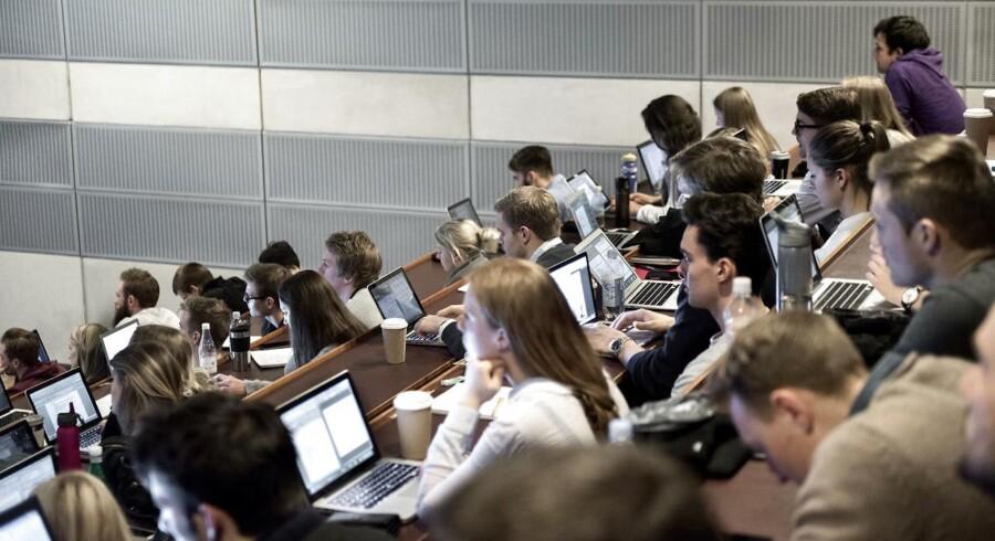 Den liberale tænketank Cepos har regnet på, hvilken uddannelse du skal tage, hvis du gerne vil tjene mange penge. Her ses elever på Copenhagen Business School CBS fotograferet fredag den 27. marts 2015.
