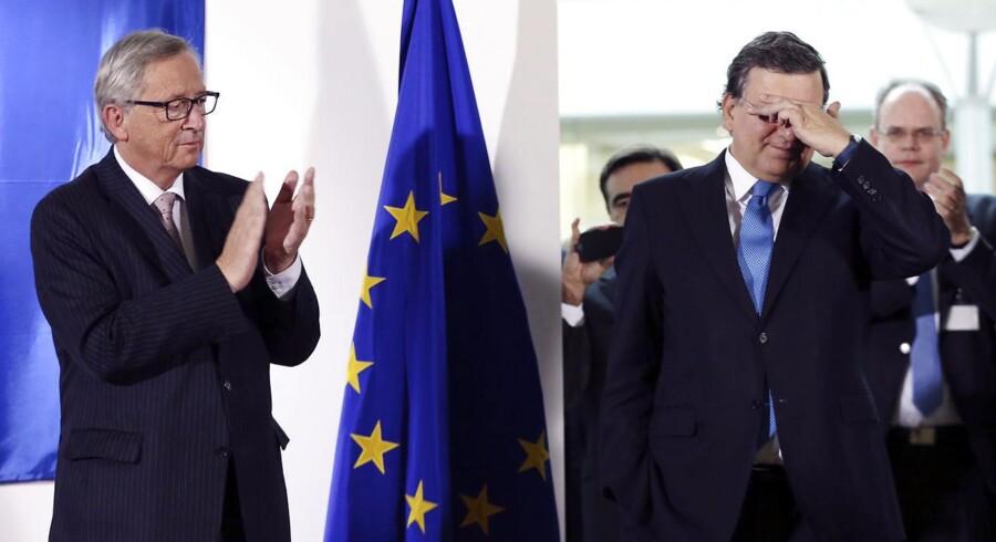 EUs nuværende kommissionsformand, Jean-Claude Juncker, er kritisk over for sin forgængers nye job hos den udskældte storbank Goldman Sachs, men et etisk udvalg, der rådgiver EU-Kommissionen, har nu konkluderet, at der ikke er basis for at straffe Barroso med sanktioner som fx at fratage ham pension. Her ses de to, da Juncker afløste Barroso som kommissionsformand den 30 oktober 2014. REUTERS/Francois Lenoir.