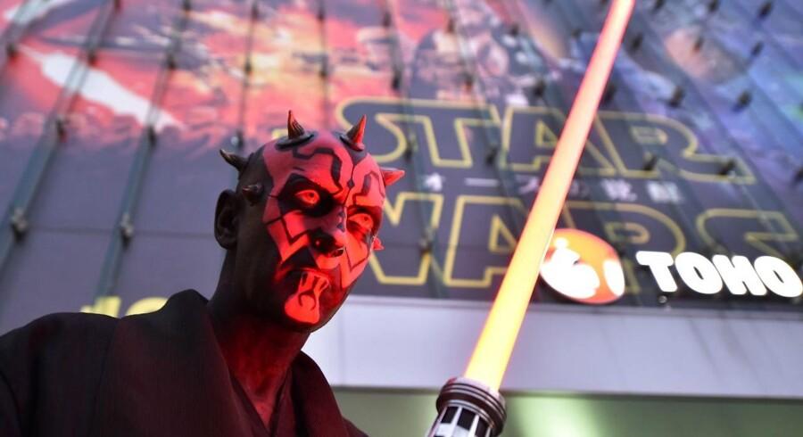 Dedikerede fans verden over strømmer i biografen for at se den nye Star Wars: The Force Awakens. Til premieren i Tokyo havde en fan gjort ekstra meget ud af sin påklædning.
