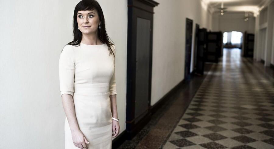De offentligt ansatte er markant mere syge end ansatte i det private. Sophie Løhde (V), minister for offentlig innovation, vil have national målsætning om at sænke sygefraværet.