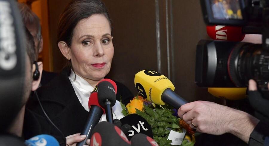Sara Danius taler med journalister efter det møde torsdag aften, der kostede hende posten som Det Svenske Akademis permanente sekretær.