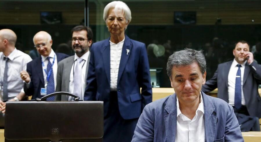 IMF-chef Christine Lagarde ser skeptisk til baggrunden under weekendens maratonforhandlinger i Bruxelles, mens den græske finansminister i forrest i billedet ser en anelse anspændt ud. En ny analyse fra IMF tegner et meget dystert billede af udsigterne for græsk økonomi.
