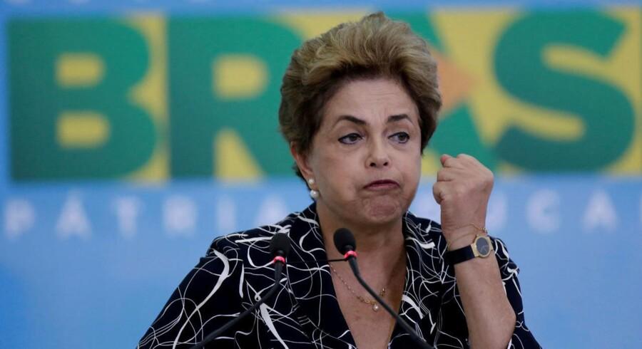 Formanden for parlamentets underhus i Brasilien omstøder sin beslutning om at ophæve en rigsretssag mod præsident Dilma Rousseff. Selv har præsident Rousseff sagt, at en rigsretssag mod hende er suspenderet. Hun advarede dog sine støtter om, at det fortsat var usikkert, hvorvidt rigsretssagen mod hende faktisk var blevet stoppet.