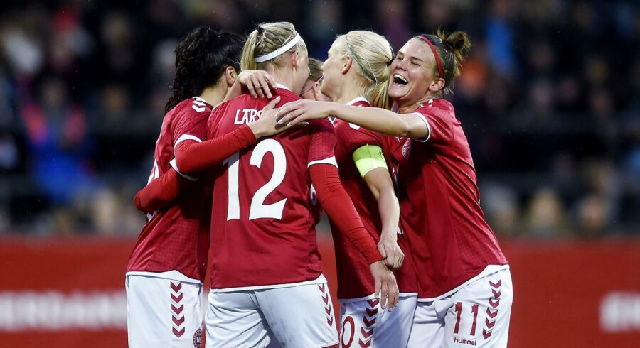 Kvindelandsholdet får prisen for indsatsen ved sommerens EM-slutrunde i Holland, hvor holdet fik sølv efter at have tabt finalen til netop Holland.