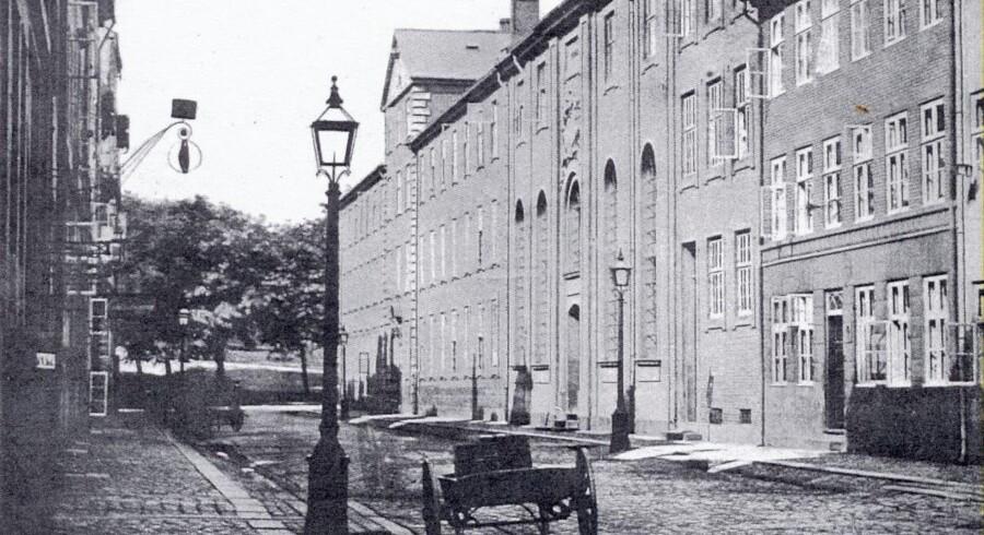 Vartov set fra Løngangsstræde med træerne på Vestervold i baggrunden. Foto fra cirka 1870, København før og nu, bd. II