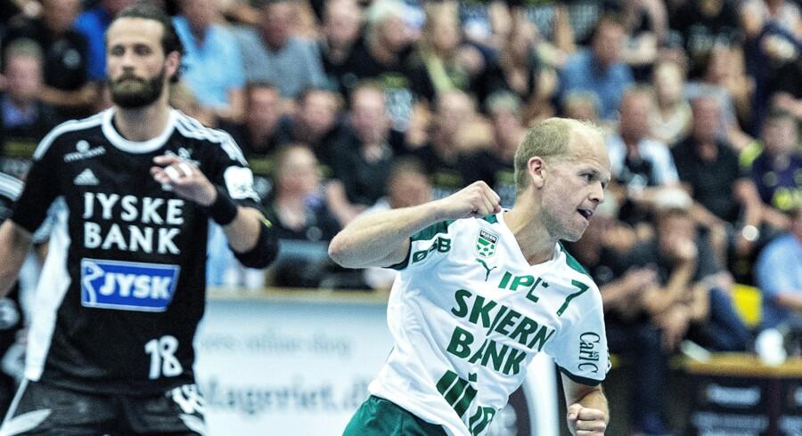 Skjern Håndbolds Anders Eggert (th.) var i centrum i den anden DM-finalekamp mod Bjerringbro-Silkeborg og Jesper Nøddesbo (tv.). Henning Bagger/scanpix/Ritzau Scanpix