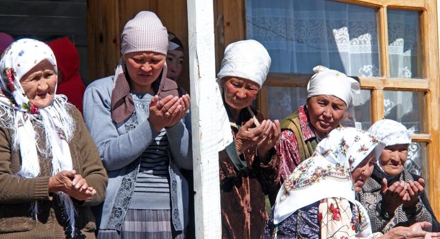 Familiens kvinder samlet til bøn inden slagtning af får til bryllupsfesten. Illustration fra bogen.