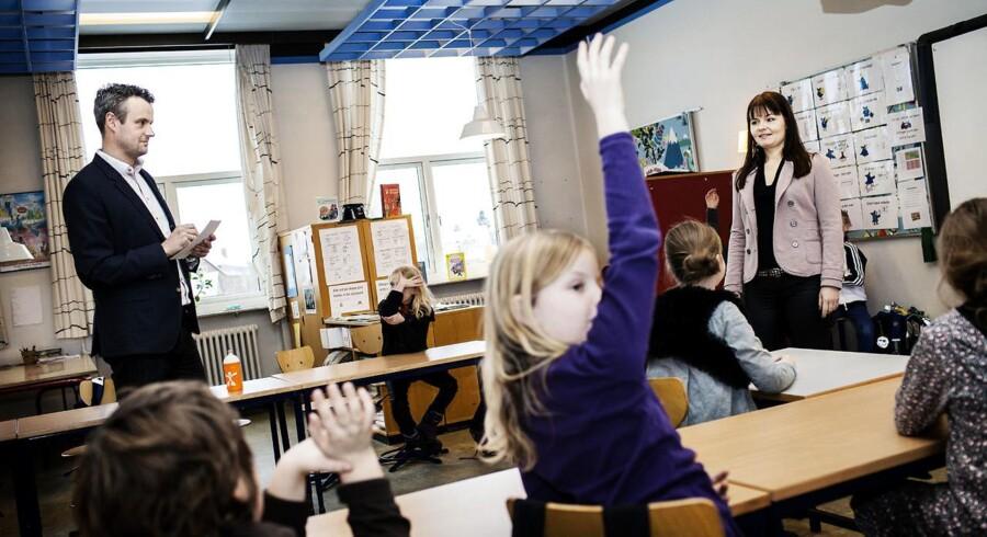 På Holmegårdsskolen i kigger en konsulent af og til lærerne over skulderen. Flere lærere er interesseret i at få feedback. I Hvidovre har de sat det i system, således at en konsulent er med undervejs i undervisningen. Bagefter giver konsulenten feedback, så læreren kan forbedre sin undervisning. Ved at gøre det på den måde kan skolerne efteruddanne lærerne uden at der skal vikarer til. (Arkivbillede)