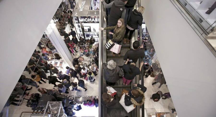 Black Friday starter tidligt i USA. Allerede kort tid efter at Thanksgiving-kalkunen er sunket, stiller forbrugere sig i kø for at være de første til at rive de bedste tilbud ned fra hylderne, når butikkerne åbner i løbet af natten.