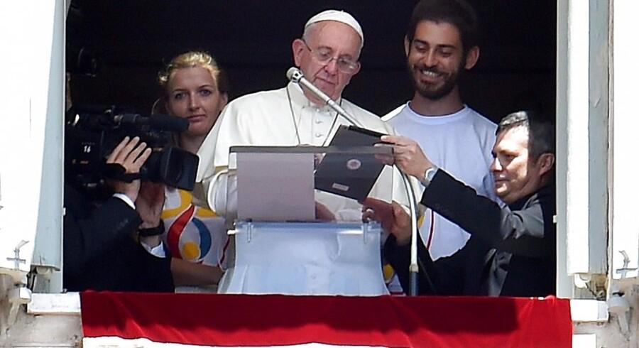 Pave Frans er blandt dem, der - her offentligt - bruger sin tavle-PC, men salget går tilbage, og tavlen er mere og mere blevet synonym med en billig skærm. Arkivfoto: Ettore Ferrari, EPA/Scanpix