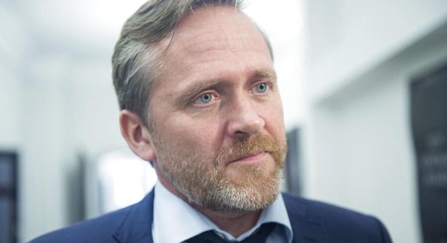 Liberal Alliance vil ikke længere garantere for, at de står bag regeringen, hvis den mangler et flertal. Løkke er løbet fra en aftale. Og derfor føler LA sig heller ikke forpligtet af den aftale, parterne indgik i sommer, hvor Løkke blev statsminister, siger Anders Samuelsen.