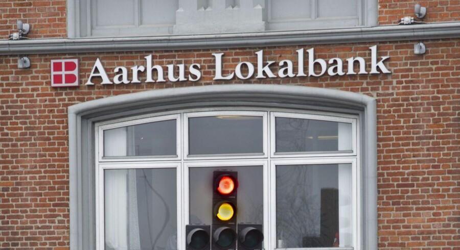 Lokalbanker glemmer den sunde fornuft hjemme i bankboksen, når de bevæger sig uden for lokalområdet.