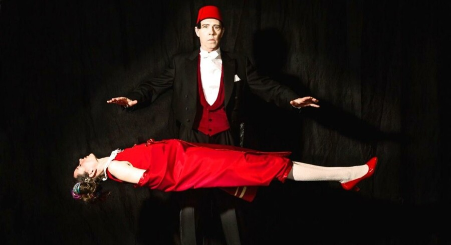 """Henrik Zangenberg som magikeren Abdullah Hansen i forestillingen """"Hokus Pokus"""", hvor han bl.a. udfører illusionsnummeret Den svævende dame med sin datter Nanna alias Henriette Katrine Lund. Foto: PR."""