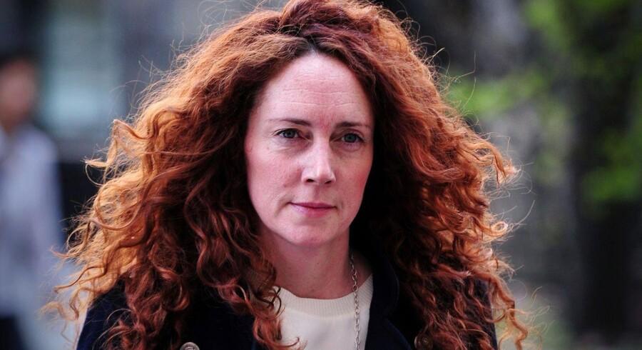 Tidligere chefredaktør på News of the World, Rebekah Brooks, er i en verserende retssag tiltalt som medansvarlig for systematisk hacking og for at have godkendt bestikkelse af embedsmænd.
