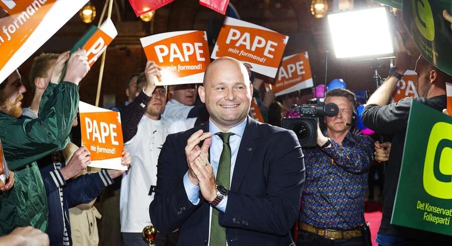 I en hidtil ukendt offensiv er den konservative leder, Søren Pape, gået på togt efter potentielle Løkke-vælgere. »Det er første gang, jeg har set, at et parti så direkte snylter på andres vælgere,« siger digital chef.