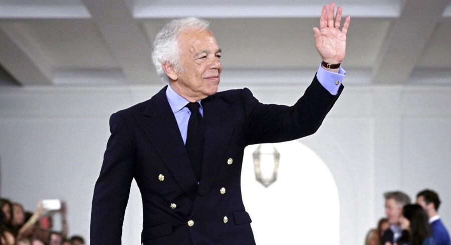Den amerikanske designer Ralph Lauren meddelte onsdag, at han går af som adm. direktør for firmaet, han har opkaldt efter sig selv. Han hyrer en svensker til at overtage topposten efter sig.