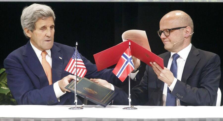 Her er USA's udenrigsminister John Kerry sammen med den norske Klima- og miljøminister Vidar Helgesen, da han besøgte Oslo d. 15. juni.