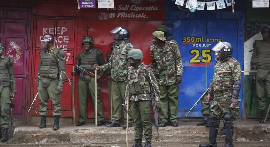 Myndighederne har slået hårdt ned på de protester, som brød ud efter oppositionslederen Raila Odinga påstod, at der blev svindlet med valgresultatet til fordel for den siddende præsident Uhuru Kenyatta, som vandt endnu en valgperiode.