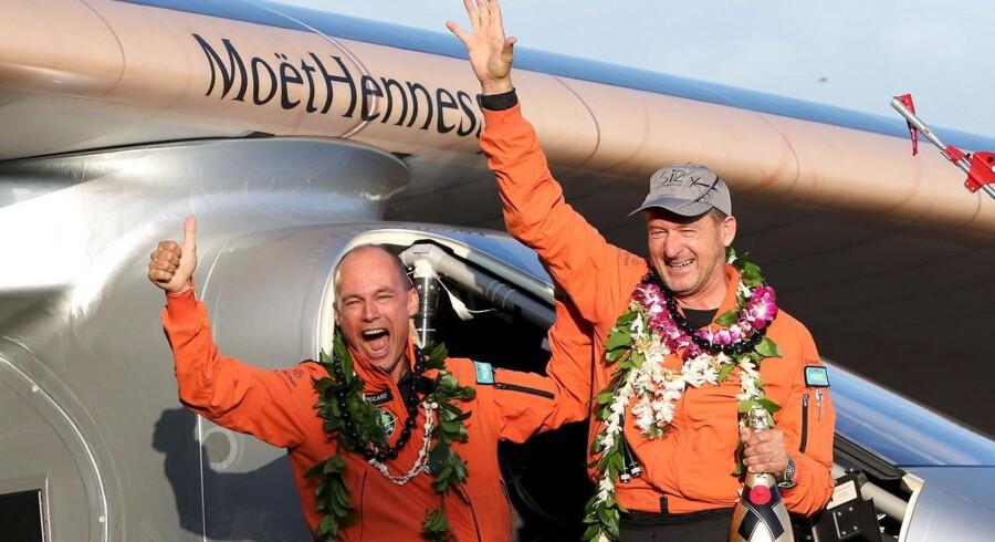 Andre Borschberg (th.) gennemførte flyvningen sammen med co-pilot Bertrand Piccard, og de to skiftes til at flyve etaper på vej rundt om jorden. Her er de netop landet på Hawaii.
