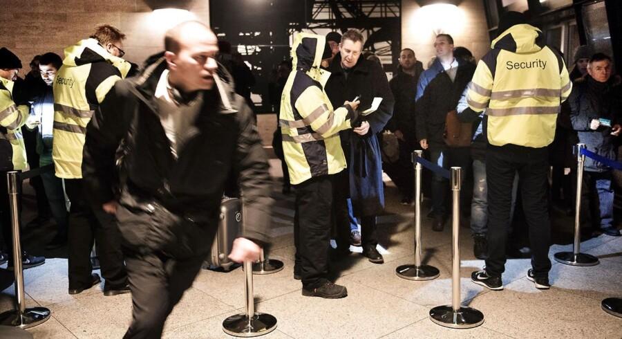 Det er Securitas-vagter hyret af DSB, som står for ID-kontrollen på perronen i lufthavnen i Kastrup. Har passageren sit ID parat, tager kontrollen 15 til 20 sekunder, mens vagterne fotograferer ID-papiret for at kunne dokumentere kontrollen over for svenskerne. Selv om der flere gange i løbet af mandagen nærmest var for mange vagter på arbejde i forhold til antallet af passagerer, måtte flere rejsende løbe stærkt i myldretiden for at nå toget.