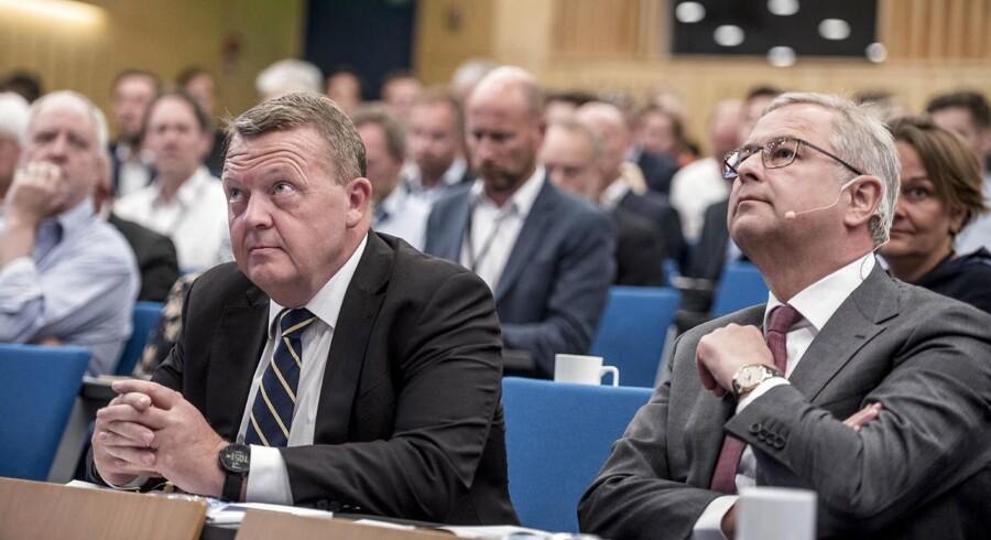 Søren Skou, her sammen med statsminister Lars Løkke Rasmussen (V), har masser af udfordringer med at forklare sin strategi til aktiemarkedet.