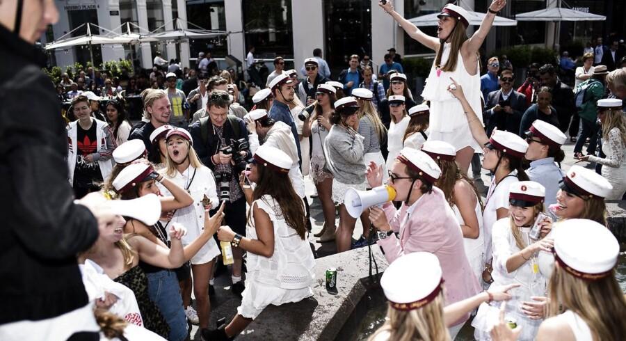 3.P fra Øregård Gymnasium i Hellerup er blevet studenter og fejrer det ved Storkespringvandet i København fredag den 26. juni 2015.