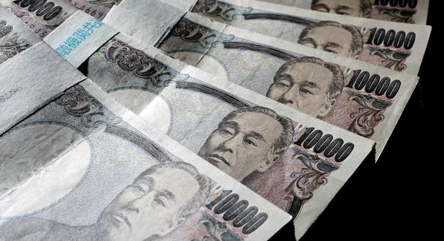 Fredag eftermiddag skal der 104,34 yen til at købe en dollar mod omkring 104 yen ved dansk lukketid torsdag.
