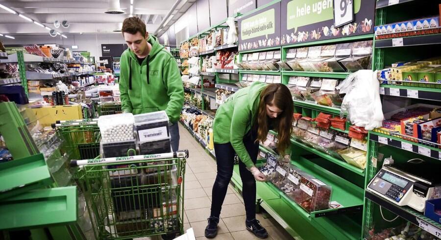 ARKIVFOTO. Discountkæden Kiwi lukker i Danmark, oplyser Dagrofa. Kiwi har 103 butikker i hele landet. 30 af butikkerne laves om til Spar eller Meny, mens resten lukkes. Ullerslev: Kiwi supermarked i Ullerslev er lukket på grund af fundet af mus i butikken.de håber på at åbne i morgen. Her er det de to medarbejdere Kamilla Andersen og Mathias Hansen. Foto: Robert Wengler