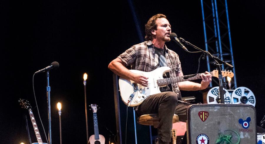 Eddie Vedder på scenen under sin koncert på Heartland Festival 2017.