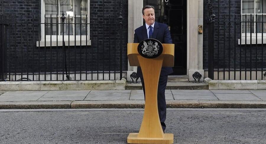 Foran Downing Street 10 i London siger han, at han vil respektere de britiske vælgeres dom. Men at landet behøver en ny ledelse.
