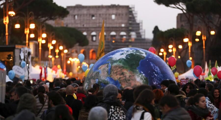 Årets klimatopmøde COP21 indledes i dag i Frankrigs hovedstad, Paris. Her skal verdens lande blive enige om bindende mål for en klimaaftale, der skal begrænse udslippet af CO2. Både politikere, erhvervsliv og NGO'ere vil møde talstærkt op. Danske pensionsselskaber satser på flere grønne projekter, der kan åbne for flere investeringer og ikke mindst et bedre afkast. Foto: Alessandro Bianchi/Reuters.