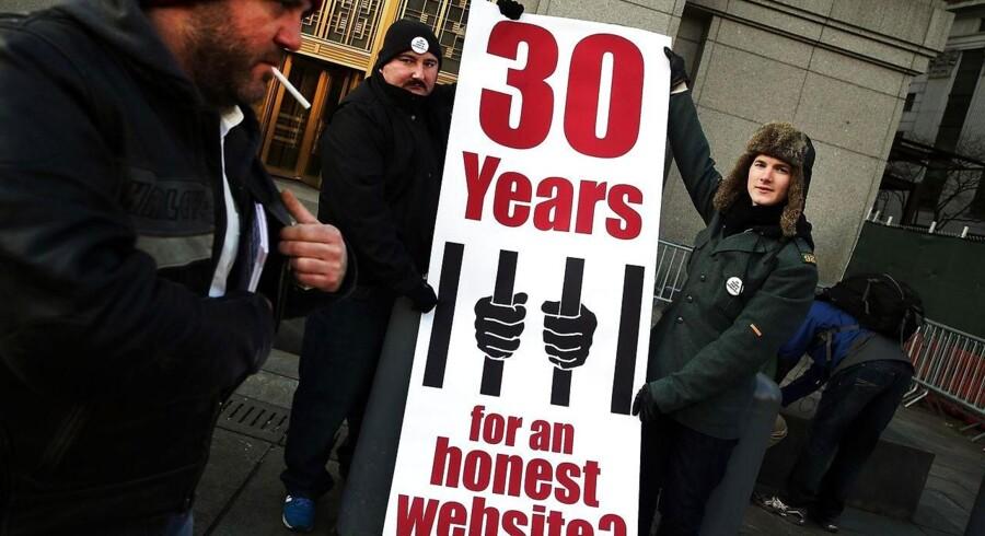 Demonstranter samledes i sidste uge foran retsbygningen i New York for at støtte den anklagede Ross Ulbricht, som beskyldes for at stå bag undergrundsmarkedet Silk Road med ulovlig narkotikahandel og for at have bestilt mord. Arkivfoto: Spencer Platt, Getty/AFP/Scanpix