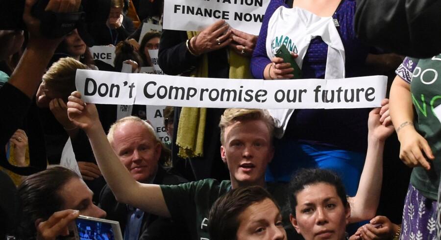 »Gå ikke på kompromis med vores fremtid« var budskabet fra en NGO-aktivist under gårsdagens klimademonstration Paris. Foto: Dominique Faget