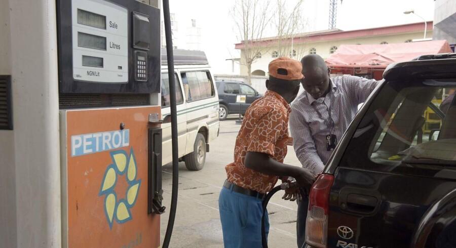 Oliepriserne ligger med en underliggende negativ tendens mandag morgen. (AFP PHOTO / PIUS UTOMI EKPEI)