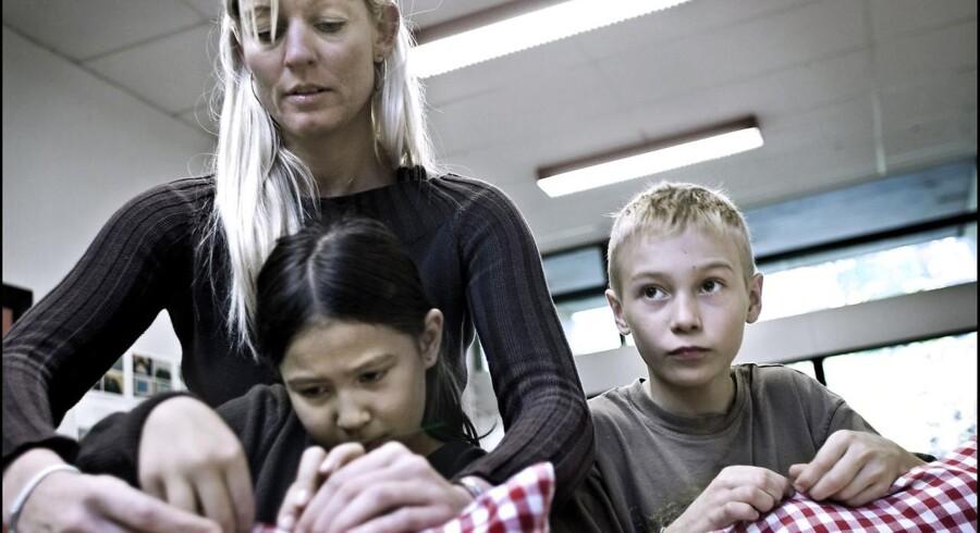Står det til børne- og ungdomsborgmester Jesper Christensen (S) i Københavns Kommune skal vikarerne ud af folkeskolen. Det skal i langt højere grad være lærerne selv, som dækker vikartimerne for hinanden. Herover er det en vikar, som hjælper til i håndarbejde.