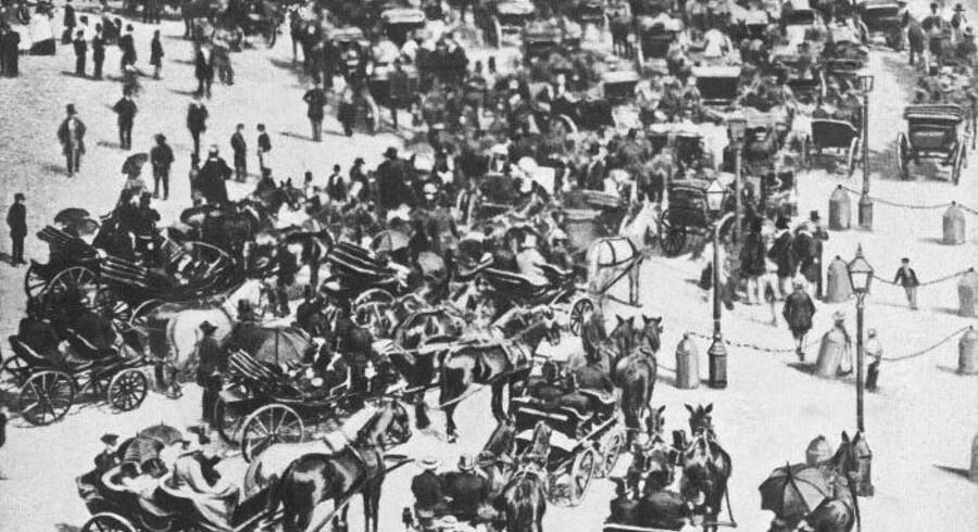Trafikkaos på Kongens Nytorv foran Harsdorffs hus og til højre en stump af kanonstøberiet Gjethuset. Foto fra 1861, Før og nu, 2. årg.