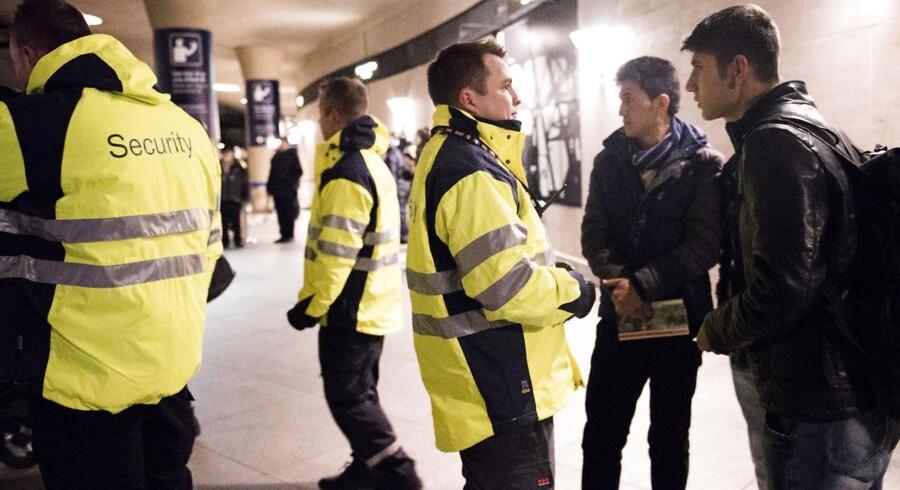 Grænsekontrol i Kastrup Lufthavn. Disse unge mænd fra Afghanistan fik ikke lov til at rejse til Sverige.