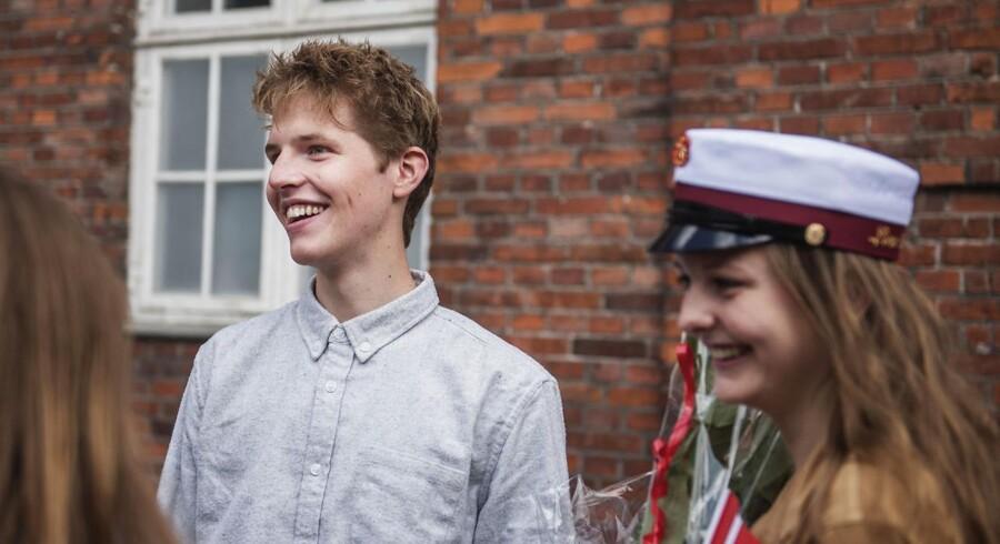 Johan Kjær Houver skal op til sin sidste eksamen inden han kan kalde sig student. Han skal eksamineres i musik