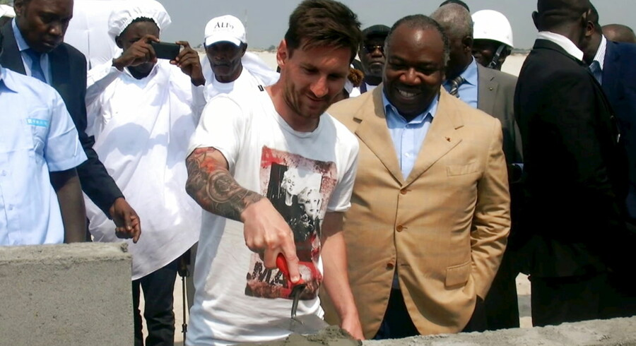 Fodbold-stjernen Lionel Messi er på besøg i byen Port-Gentil i Gabon hos den korruptbeskyldte præsident, Ali Bongo.