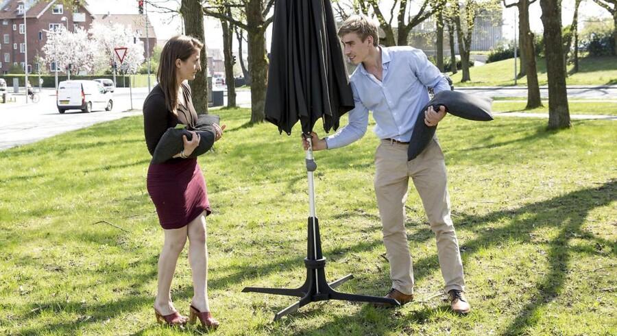 Berlingske Foto Kæresteparret, Josefine Østerby, 24, og Christian Toft Jakobsen, 24, er stiftere af iværksættervirksomheden Plinthit.De har lavet en nytænkning af parasolfoden, der gør den let at flytte rundt på.
