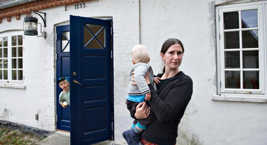 Christa Varming , der bor i Øster Ulslev med sønnerne Simon og Jonathan samt kæresten Anders så frem til en planlagt fødsel på sygehuset i Nykøbing Falster i juni sidste år. Ingenting gik dog som forventet ved Simons fødsel, og i dag føler hun sig overbevist om, at det skyldes det vefremkaldende stof misoprostol, som hun fik på sygehuset, hvorefter hun blev sendt hjem. I hjemmet 25 km fra Nykøbing Falster gik fødslen i gang og forløb så hurtigt, at hun fødte i ambulancen på vej til sygehuset.